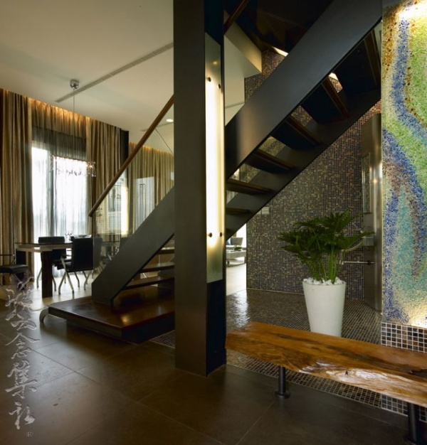 美式木制别墅室内楼梯设计效果图