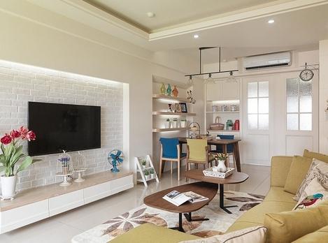 田園風格的三居室,一點都不覺得花哨,三口之家,整個裝修過程花了3個月左右,業主夫妻倆也是普通的上班族,在裝修上也以經濟實惠為原則,在這套案例中就可以看出就是花最少的錢做最好的裝修,很多家居小飾品都是女主人從網上淘回來的,客餐廳都以白色為基調、黃色的沙發,整個色彩搭配的很和諧,紫色調的臥室很是溫馨。
