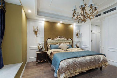 主卧采用石膏板吊造型顶,床头背景墙采用护墙板造型设计,另一边木质图片