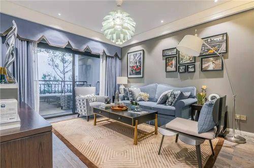 灰蓝色的沙发和窗帘凸显出心旷神怡的意境