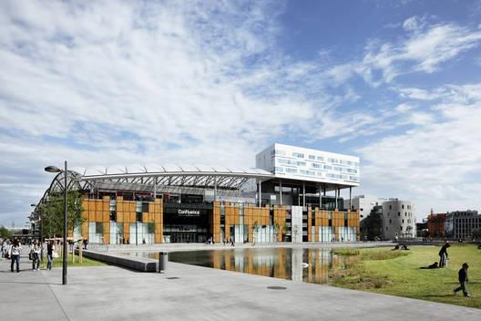 商业娱乐中心的建设目标是成为里昂新区的标志性建筑,成为新时代的标志。这个多功能开发项目以其独特的屋顶与展馆式设计响应了雄心勃勃的设计目标。新中心的设计以带有高层露台、开放的主要室外展馆式结构组成,矗立在城市之中,创造了一个自然采光的大型空间。