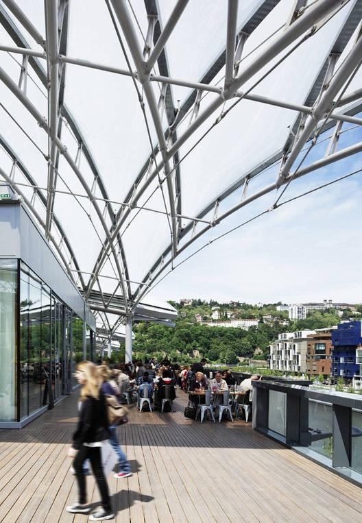 东立面的多元化结构令人印象深刻,俯瞰着Cours Charlemagne大街,标志着商业中心的主要入口。一层超薄透明屋顶(半结晶聚合物能让自然日光透射)在白天带来了通透感,而在夜晚散发出五颜六色的光线。整合现有的铁路线路,增添一个风景如画的新盆地将索恩河与项目衔接起来,强调出了该项目的复杂性与诗情画意。