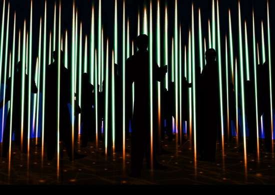 FAVILLA 在義文有閃光之意。「FAVILLA. To every light a voice」透過虛擬實境,以科學的角度檢視光本身,如光是如何移動、眼睛如何感測、人類如何透過光發現物件的形體等。 (Photo Credit:Salone del Mobile)