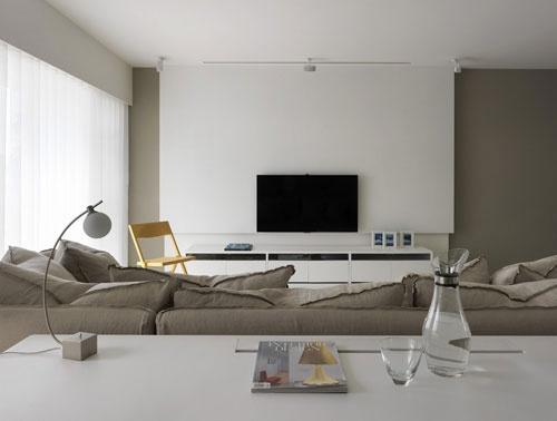 装修tips:灰白极简电视墙 全木作烤漆墙面,灰白色调利落简约,设计师