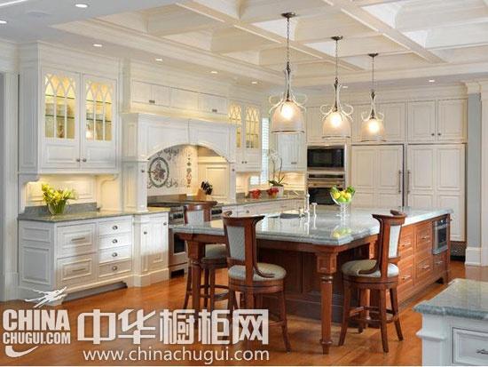 北欧厨房推荐三】:象牙白的橱柜勾起厨房空间的梦幻色彩,而深色的实木