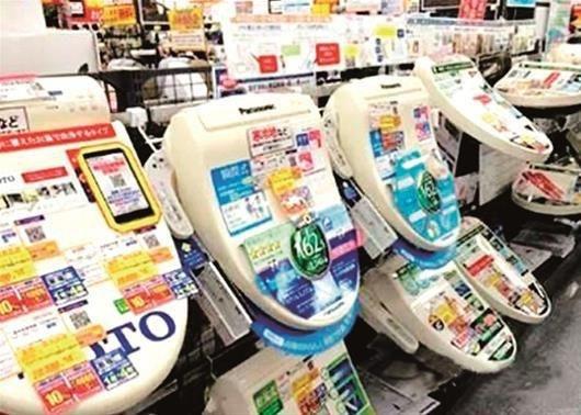 以TOTO为例,了解一下在日本远负盛名的智能马桶盖。我们会惊讶地发现,1980年TOTO卫洗丽已经出现在日本了,率先开创了健康水洗的新时代,并作为日常生活用品进入人们的生活,作为世上第一台家用温水清洗坐便盖,TOTO卫洗丽的智能马桶盖彻底颠覆了传统清洁方式。因此如今整个日本对这项产品早已司空见惯,习以为常。而在三十几年后的今天,当中国人在日本亲自体验了这样的智能马桶盖,惊讶于原来还有这样一项高科技的产品。