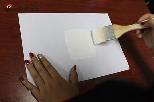 纸张本来产生的褶皱外,漆膜仍能保持原有形状,没有出任何现撕裂与细屑