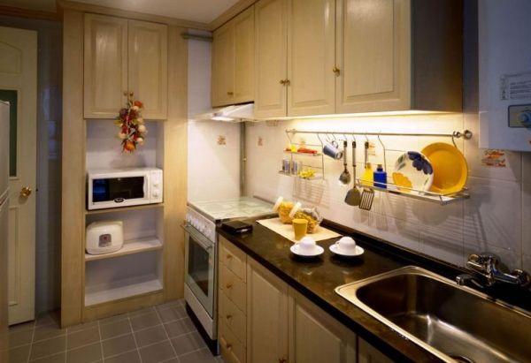 小户型厨房装修 小编也为小户型的业主总结了五条重要的小户型厨房装修的技巧,赶紧来看看吧!1、注重细节和五金尽管是小厨房,但应有的功能一个也不能少,特别是许多细微之处。比如小厨房一般较少使用大抽屉,所以柜门的使用次数就会增加,每天都要多次重复开合,此时,铰链的作用就突显出来了,如果在柜门板上安装上塑料预留件,确保连接件与柜体间有足够大的连接强度,使角链不会松动,不会脱落。