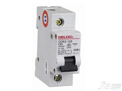 空气开关型号 市面上卖的空气开关,往往都会有一些有字幕和数字组成的产品型号,诸如DZ47—63这一小型的空气开关DZ是断路器断路两个字的简称,47代表了这个空气开关的设计序号,63代表的是壳架等级额定的电流,这种小型的空气开关用于额定的电压至400V,主要用于的交流电在50Hz/60Hz,当你家里面的电流达到63A时,电气线路及设备的短路保护中就可以用来作为线路不频繁转换之用,这些小型的空气开关分为C型和D型,在不同的电路系统中选用的型号就不同。 还是以DZ47—63作为例子来说