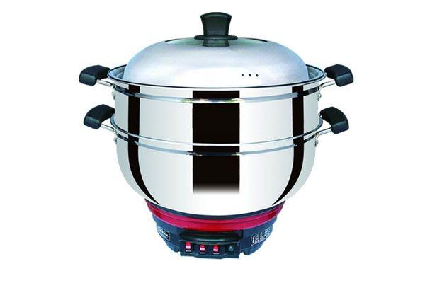 多功能电热锅的功能 1、涮火锅功能:根据就餐人数加入一定量的水,打开指示灯开关。涮制过程中,若火力过大可关闭开关。用毕关闭开关,拔下电源。 2、炸、炒、煮、烹、蒸功能:在制作食品的过程中,可根据需要火力的大小,任意选用或全部使用加热开关,调节功率的大小,即可完成。制作完成以后,关闭开关灯,拔下电源。 3、煎、烙食品功能:只需要选用适当的接热开关,即可实现不同的煎,烙火候。 4、烤制食品功能:把需烤食品放入锅内,如烤鸡、鸭可在锅内放一铝箅,然后打开火候开关,烤制过程中,适当用铲子翻一下事物,以免烤制不均匀